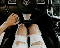 Женщины водят автомобили аккуратнее